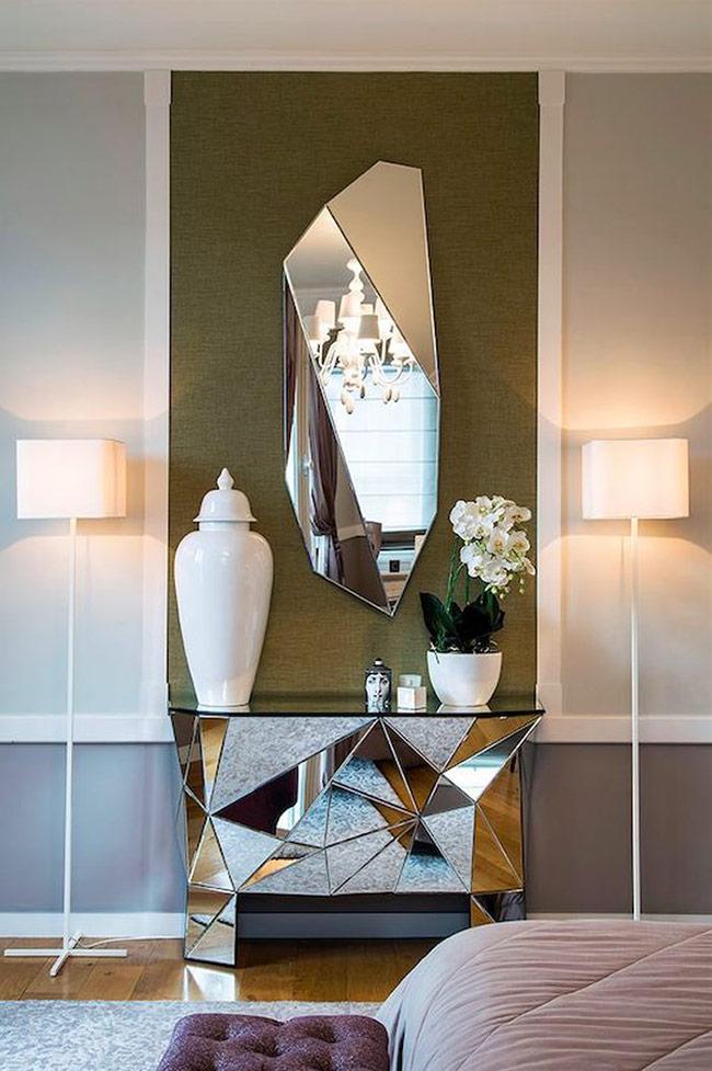 Chiếc gương gắn tường hình tinh thể này bản thân đã là một kiệt tác. Đi kèm với một chiếc kệ gắn gương và bạn đã có một cặp đôi hoàn hảo làm điểm nhấn cho toàn bộ căn phòng.