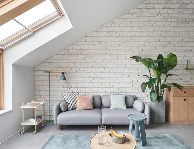 Để tạo lớp không gian màu trắng đa dạng hơn, lớp tường phủ màu xám của vật liệu đá giả được sử dụng như một điểm nhấn đặc biệt.