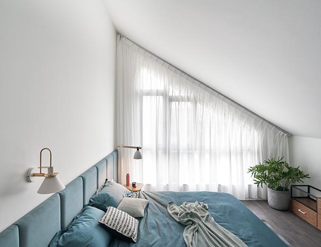Phòng ngủ có sự kết hợp hài hòa giữa yếu tố không gian và thẩm mỹ, được thiết kế một cách khoa học, hợp lý.