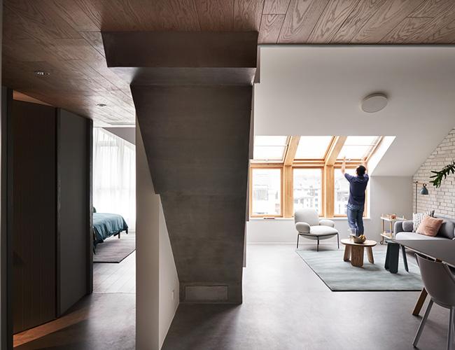 Căn nhà rộng 116 mét vuông. Đối với gia đình ba người, nó là không gian khá nhỏ. Thiết kế trần nghiêng không phổ biến là một thách thức lớn khi xây dựng căn nhà.