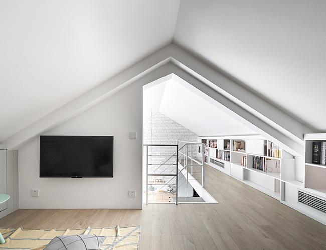Tầng trên phía trên gác lửng, bao gồm phòng ngủ chính và nghiên cứu
