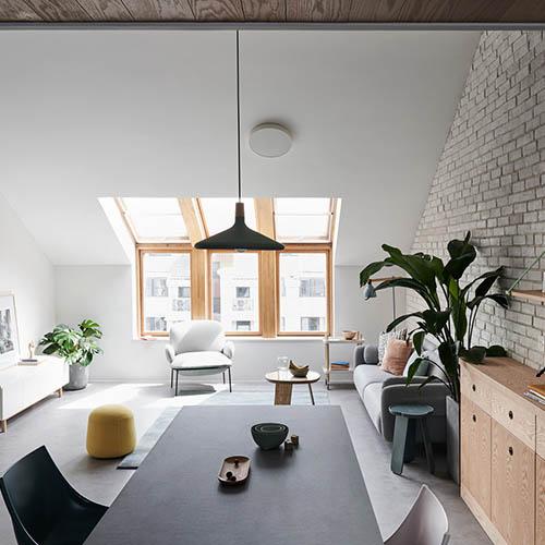 Để mở rộng cảm giác về không gian, căn nhà sử dụng các màu gỗ trắng tự nhiên mang phong cách đơn giản, làm nổi bật các họa tiết của vật liệu.