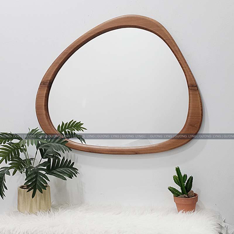 Gương khung gỗ mộc, chất liệu có nguồn gốc tự nhiên này thường được giới có tiền ưa chuộng hơn các sản phẩm Gương khung bằng kim loại, hợp kim do vẻ đẹp cầu kỳ và sang trọng mà nó mang lại